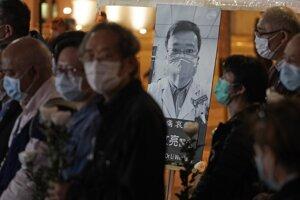 Aktivisti a prodemokratickí poslanci v Hongkongu si na protestnú akciu priniesli fotografie zosnulého lekára a pred styčnú kanceláriu v Pekingu položili biele kvety.