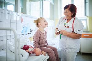MUDr. Renáta Szépeová PhD.  absolvovala Jesseniovu lekársku fakultu UK v Martine. Má atestácie v odbore pediatria a špecializačnú atestáciu v odbore detská gastroenterológia. Je primárkou detského oddelenia v Nemocnici v Žiari nad Hronom. Pracuje aj ako ambulantný pediater a gastroenterológ.