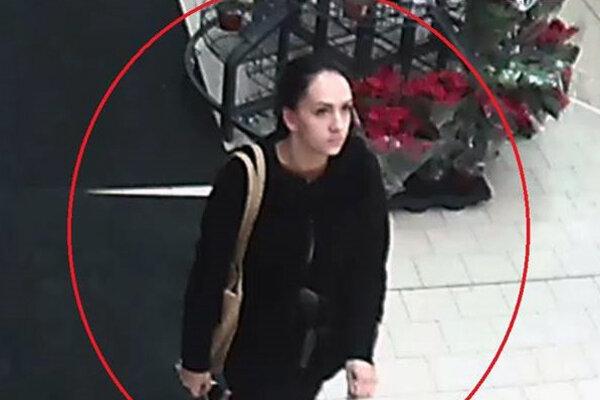 Policajti vyšetrujú prípad zmiznutej kabelky v obchode na Škultétyho ulici v Bratislave. Jedna zo zákazníčok prišla o tašku, ktorú mala v nákupnom vozíku v ktorej mala osobné veci, doklady, platobné karty a mobil. V súvislosti s objasňovaním tohto činu pátra polícia po žene z kamerových záznamov. Svojimi informáciami by mohla napomôcť ozrejmiť tento prípad.