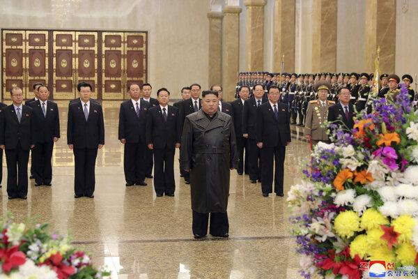 Kim mauzóleum navštívil v deň nedožitých 78. narodenín svojho otca Kim Čong-ila, ktorý je v KĽDR významným štátnym sviatkom.