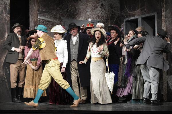 Diváci uvidia na javisku takmer celý divadelný súbor.