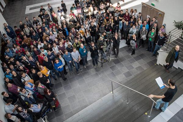 Zamestnanci Fakulty informatiky a informačných technológií Slovenskej technickej univerzity počas štrajku 17. 2. 2020 v Bratislave.