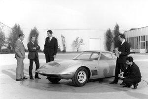 Koncept Opel Experimental GT a Erhard Schnell so založenými rukami vľavo