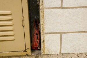Kabelku našiel školník pri oprave lemu.