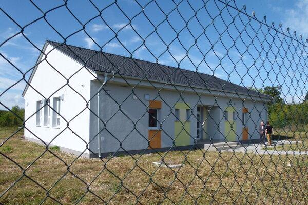 Komunitné centrum otvorili v osade za Levicami vlani v septembri. Strážia ho piati mestskí policajti.