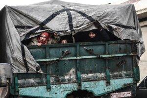 Útek civilistov z Idlibu na sever k tureckým hraniciam 15. februára 2020.