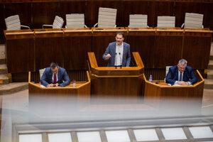 Igor Matovič za rečníckym pultom počas mimoriadnej schôdze parlamentu.