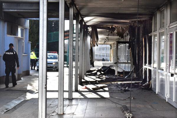 Budova je po požiari poškodená.