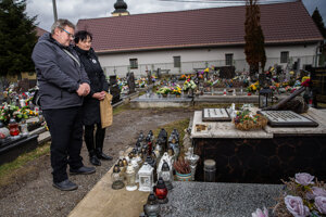 Rodičia Jána Kuciaka chodia na jeho hrob každý deň.
