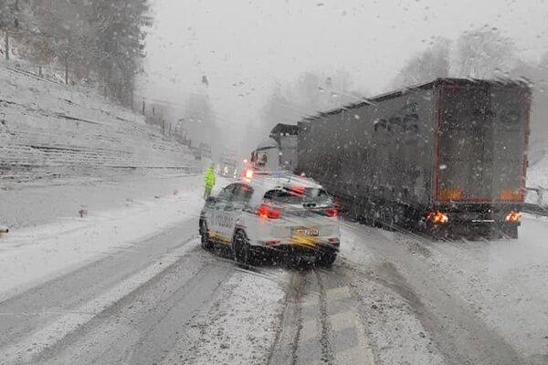 Aj takto dopoludnia videli vodiči situáciu na horskom  priechode Kremnické Bane.