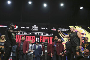 Deontay Wilder (vľavo) a na druhej strane Tyson Fury počas váženia pred odvetou o titul organizácie WBC.