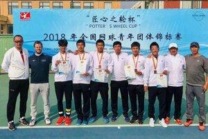 Momentka z národných čínskych majstrovstiev juniorských tímov. Družstvo nehrajúceho kapitána Mateja Klobušovského (druhý zľava) obsadilo tretie miesto.