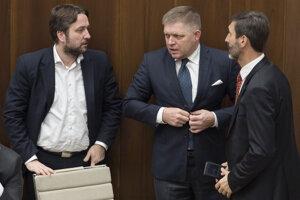 Poslanci zľava Ľuboš Blaha, Robert Fico a Juraj Blanár (všetci SMER).