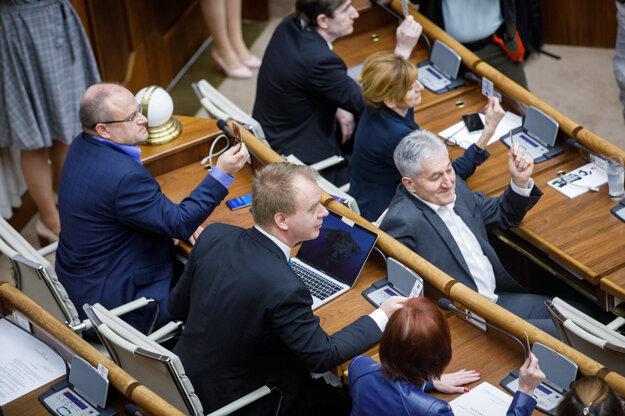 Poslanci za SaS Jozef Mihál, za stranu SPOLU Miroslav Beblavý a za hnutie OĽANO Alan Suchánek.