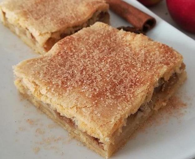 Škoricovo-jablkový koláč s cestom s hnedým cukrom