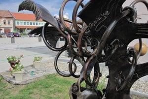 Pred obecným úradom umeleckí kováči nainštalovali aj plastiku s názvom Prameň.