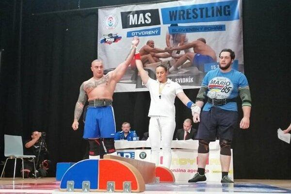 Nikolas Tóth (vľavo) po víťaznom finále.