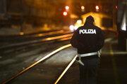 Taliansky policajt hliadkuje na hraniciach medzi Talianskom a Rakúskom.