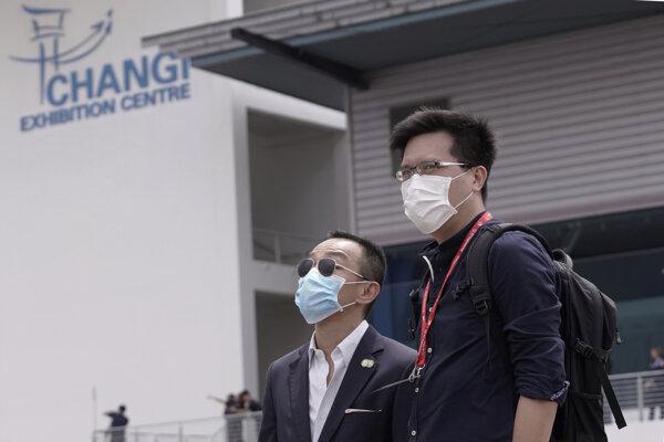 Cestujúci v Singapure.