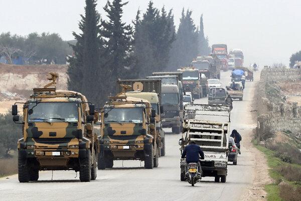 Turecký vojenský konvoj sa presúva v sýrskej provincii Idlib.
