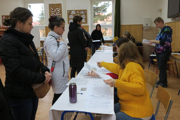 Okolo ôsmej bolo vo volebnej miestnosti na ulici Po Párovcami v Piešťanoch rušno.