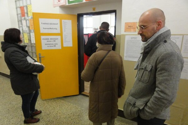 Pred volebnou miestnosťou v okrsku na Rákocziho ulici sa tvorili fronty.