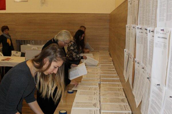 Príprava volebnej miestnosti v obci Radoľa.