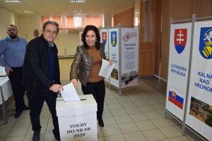 V Kalnej nad Hronom sa hlasovania zúčastnili manželia Andrea a Arpád Vajdovci.