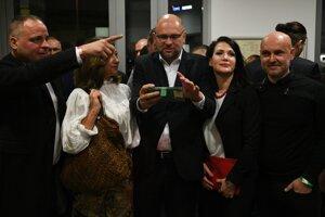 Voľby 2020:  Juraj Droba, Lucia Ďuriš Nicholsonová, predseda strany Richard Sulík, Jana Cigániková a Branislav Gröhling počas volebnej noci v centrále strany Sloboda a Solidarita.