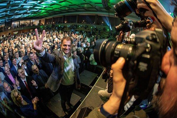 Líder hnutia OĽaNO Igor Matovič so svojimi priaznivcami oslavuje v Mestskej športovej hale Trnava volebné víťazstvo.