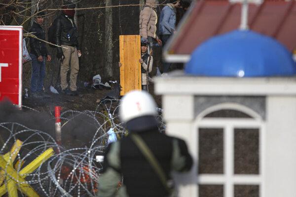 Grécka polícia proti migrantom na hraniciach zasiahla.