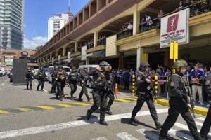 Príslúšníci polície pri obchodnom centre v Manile.