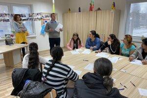 Účastníci kurzu šitia v komunitnom centre v obci Lenartov.