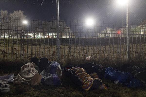 Migranti nocujú pri srbsko-maďarských hraniciahc pri meste Kelebija.