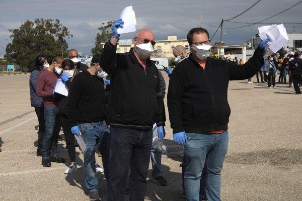 Ľudia v karanténe idú voliť do špeciálneho stanu v izraelskej Haife 2. marca 2020.