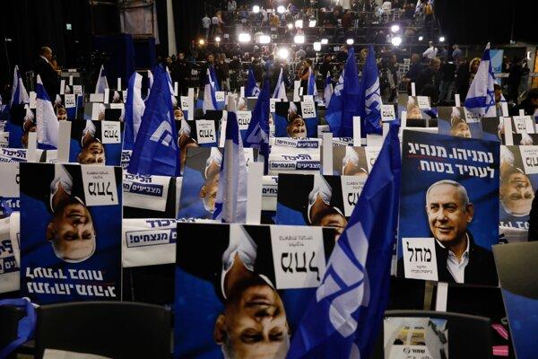 Plagáty zobrazujúce Netanjahua v sídle jeho strany pred vyhlásením volebných výsledkov v Tel Avive.