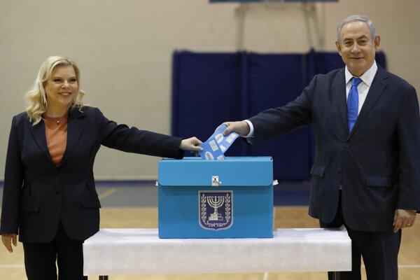 Iraelský premiér a líder pravicovej strany Jednota (Likud) Benjamin Netanjahu s manželkou Sarou počas volebného aktu vo volebnej miestnosti v Jeruzaleme.