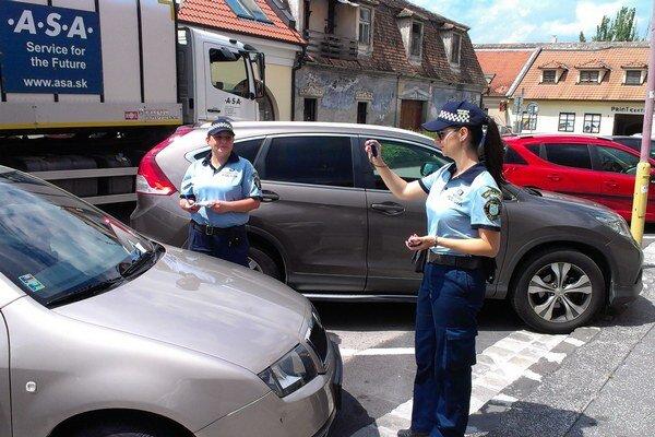 Príslušníčky parkovacej služby MsP. Momentálne ich je sedem. Vzhľadom na pribúdajúci počet áut v centre, náčelník uvažuje o nových posilách.