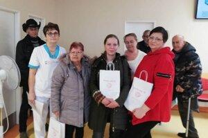 Ivana Debrecéniová a Jana Rozenberg (s taškami) medzi pacientmi komárňanskej onkológie.