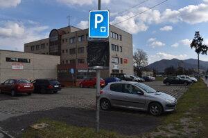 Parkovisko za Združenou prevádzkovou budovou je zatiaľ bezplatné.
