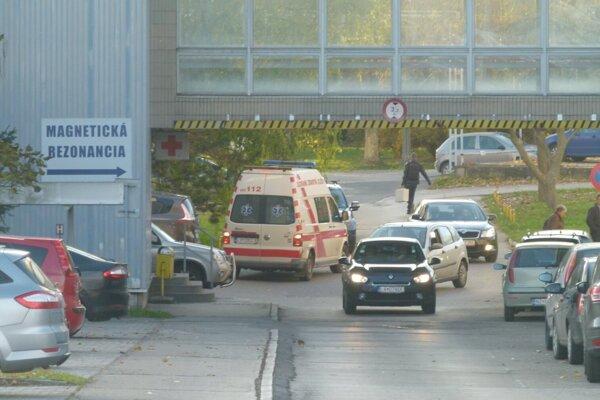 V levickej nemocnici platí od dnešného dňa zákaz návštev.