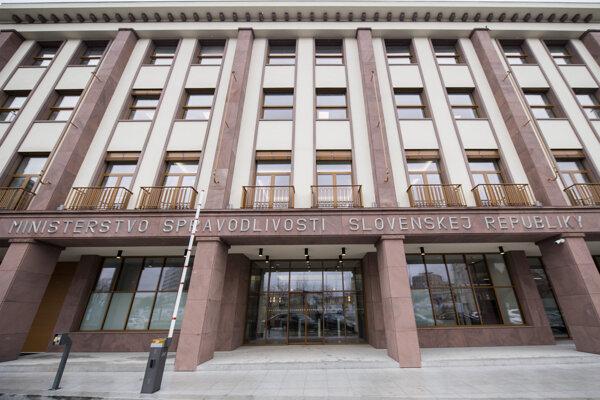 Budova bývalého Výskumného zváračského ústavu, ktorú po rekonštrukcii odovzdali pre sídlo ministerstva spravodlivosti.