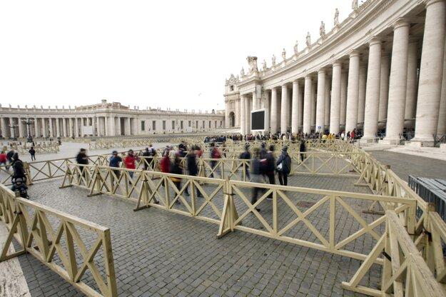 Prázdne Námestie sv. Petra vo Vatikáne.