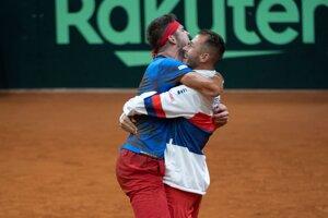 Jiří Veselý (vpravo) a Lukáš Rosol sa radujú po triumfe Česka nad Slovenskom v Davisovom pohári 2020.