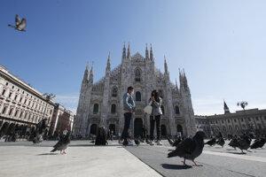 Ľudia na námestí Duomo v Miláne.