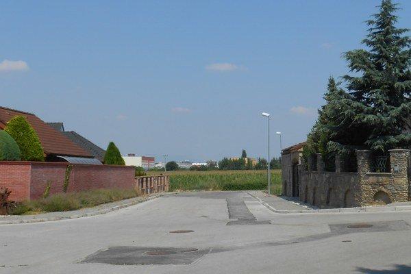 Jabloňová ulica v Modranke. V pozadí vidno Trnavu, prepojenie miestnej časti s Bulharskou malo viesť práve po Jabloňovej. Proti sa postavili ľudia z ulice. Za pravdu im nakoniec dal aj súd.