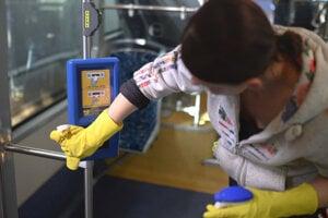 Dezinfekcia autobusu na báze chlóru v Dopravnom podniku mesta Košice.