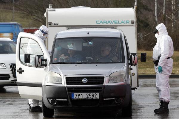 Koronavírus v Česku: Kontroly cestujúcich.