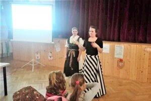 Etnologička Eva Dudková povedala návštevníkov mnoho zaujímavostí.