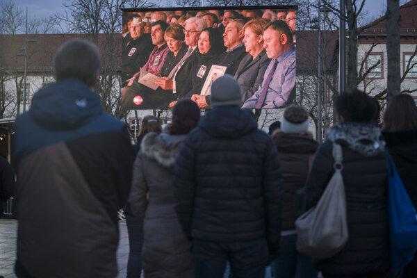 Ľudia stoja počas smútočného obradu na pamiatku obetí rasovo motivovanej streľby, pri ktorej zomrelo deväť ľudí v nemeckom meste Hanau v spolkovej krajine Hesensko 4. marca 2020.